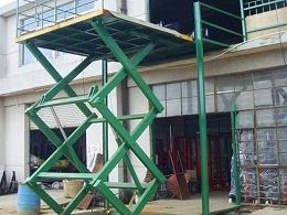 有什么方法可以减少轨道式液压货梯的磨损?